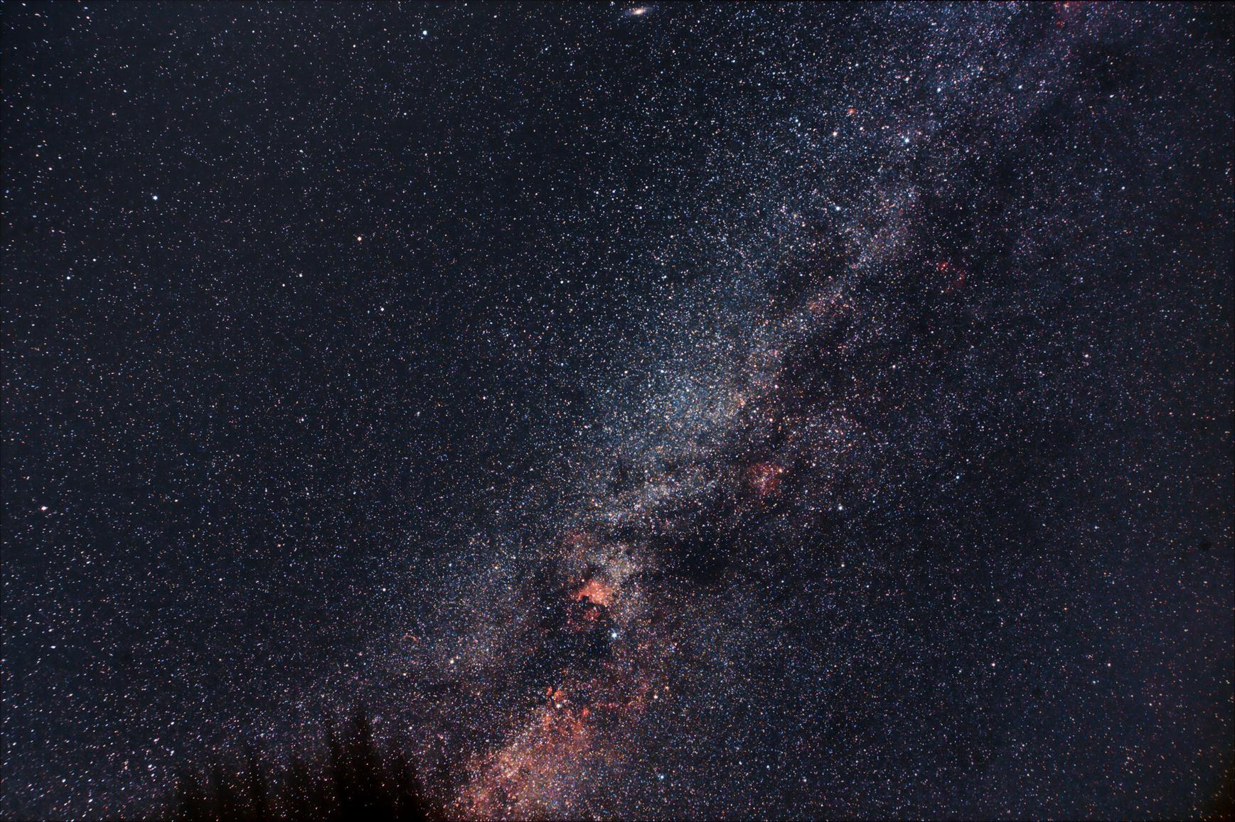 Naša Galaxia - Mliečna cesta, a hore M31 najbližšia veľká galaxia, vzdialená 2,5 mil. svetelných rokov (Samyang 2,8/14)
